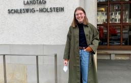 Unsere FSjlerin Anne Bachmann vorm Landtag